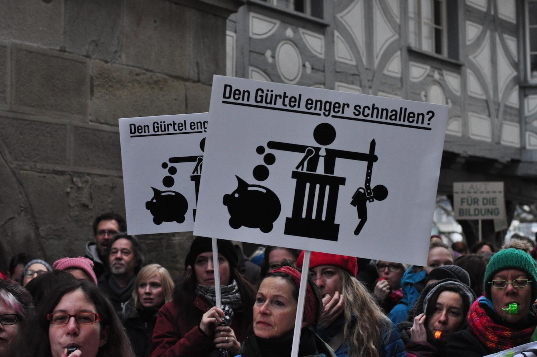 Vor dem Regierungsgebäude demonstrieren Luzerner Bürger gegen die Abbaupläne.