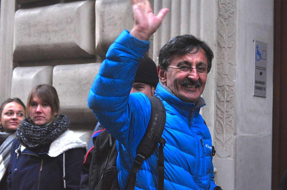 Ali Celik (Grüne) begrüsst die Demonstranten.