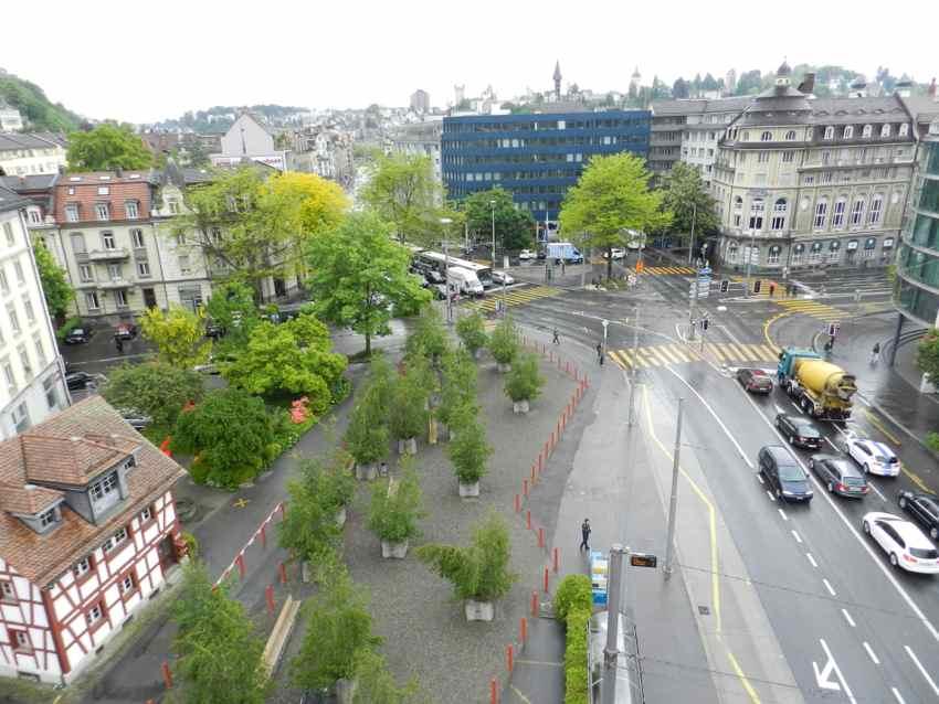 Pilatusplatz von oben: Auf dem Platz, wo früher die «Schmitte» stand (links, heute ein Park mit kleinen Bäumchen), soll ein Hochhaus hin.