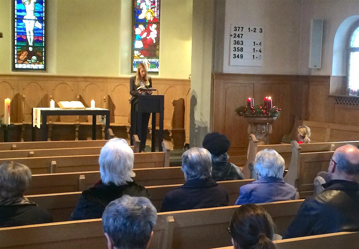 Mangels Heiligenfiguren und Kruzifixe steht Pfarrerin Rahel Albrecht in der reformierten Kirche im Zentrum.