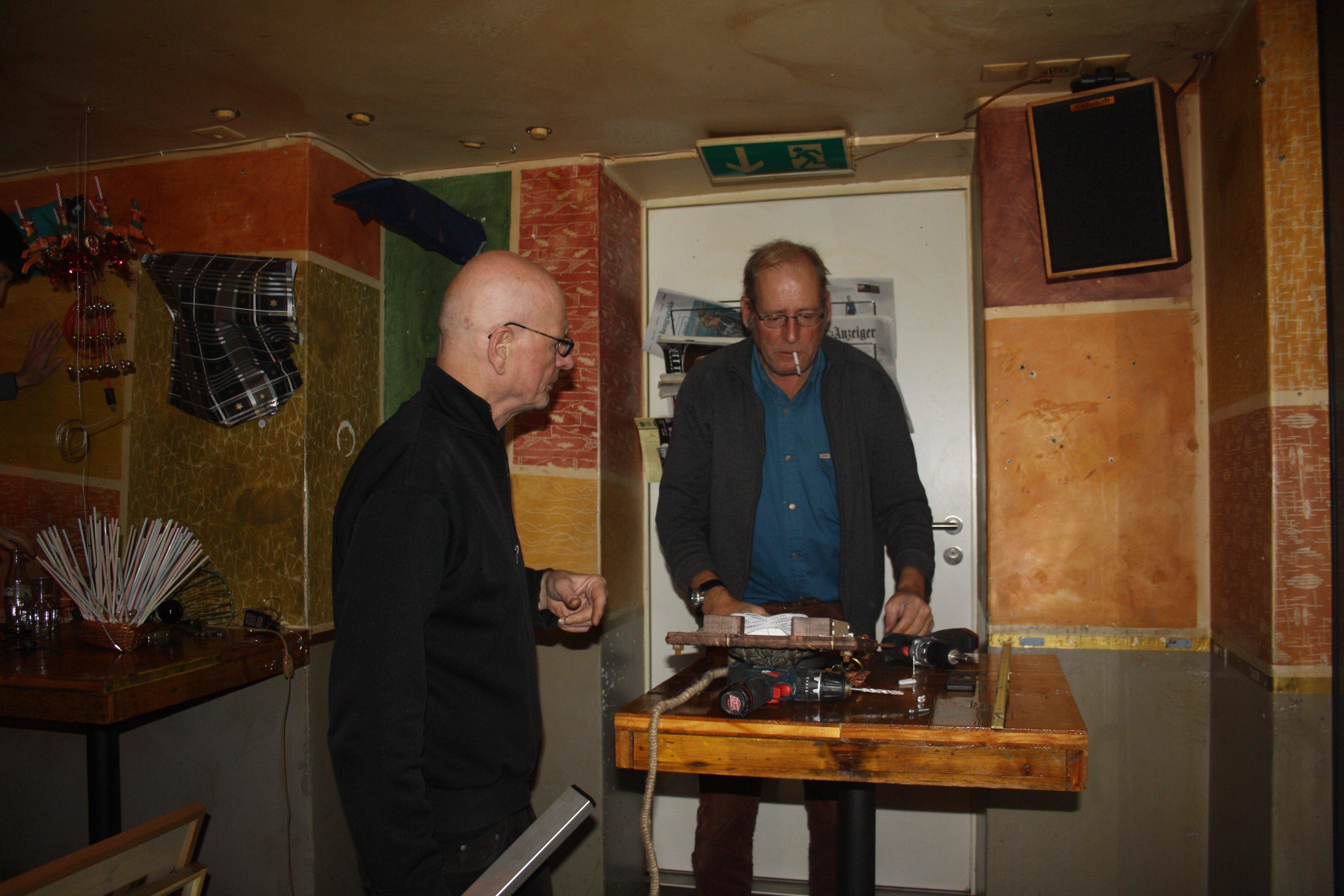 Theo Schärer und Ruedi Zimmermann suchen nach Lösungen, um die Objekte aufzuängen.