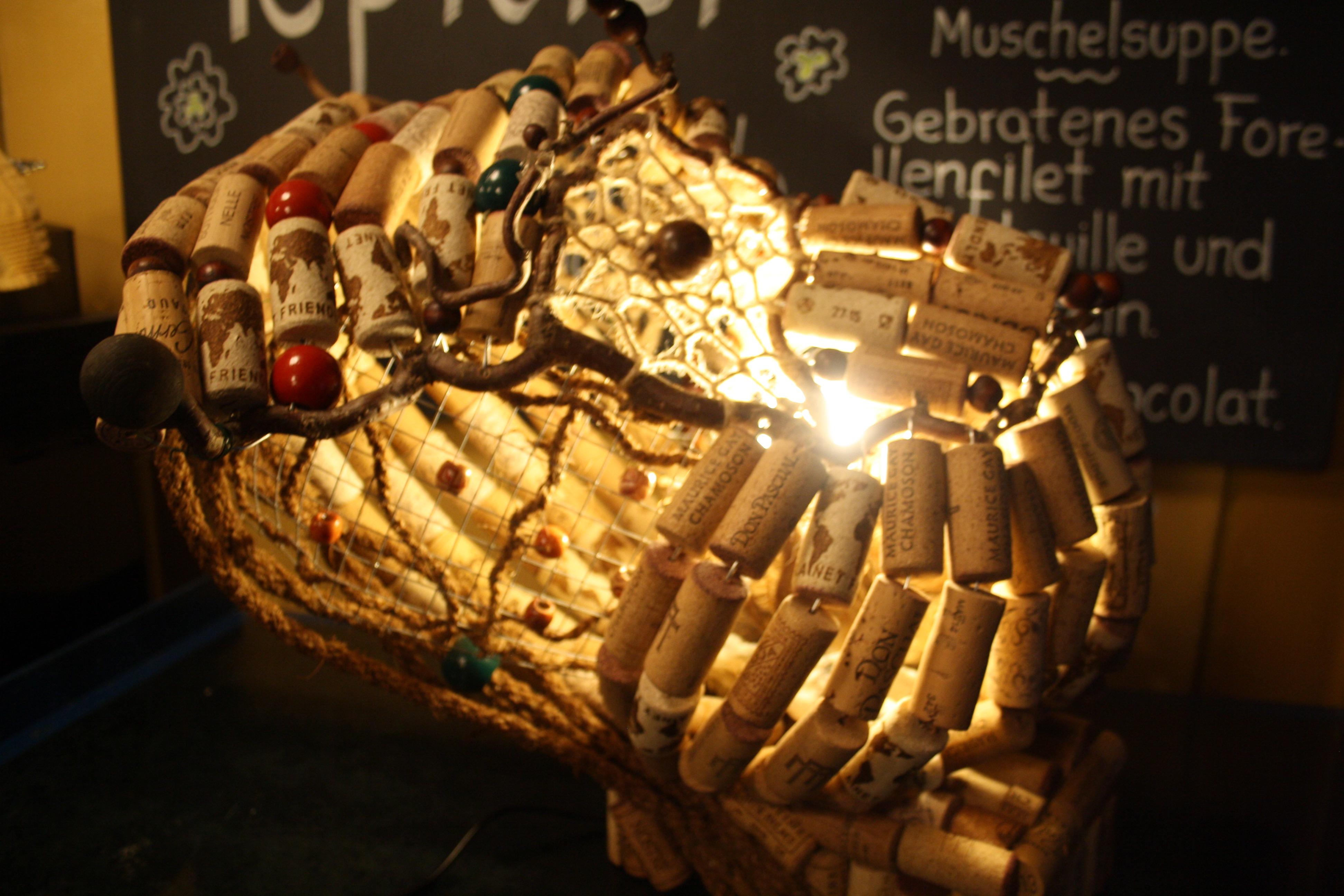 Das Leuchtobjekt aus Korken steht selbstverständlich auf dem Tresen.