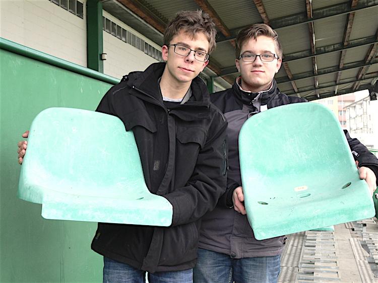 Luca (links) und Dario aus Kriens mit ihrer Beute.