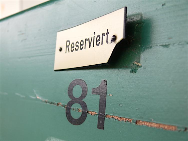 Das «Reserviert»-Schildchen ist hartnäckig und lässt sich nicht so leicht entfernen, wie es den Anschein macht.