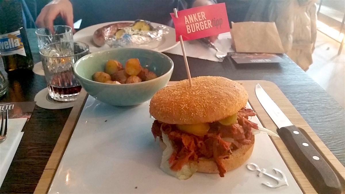 Der Pulled Pork Burger, serviert auf einem Tablett.