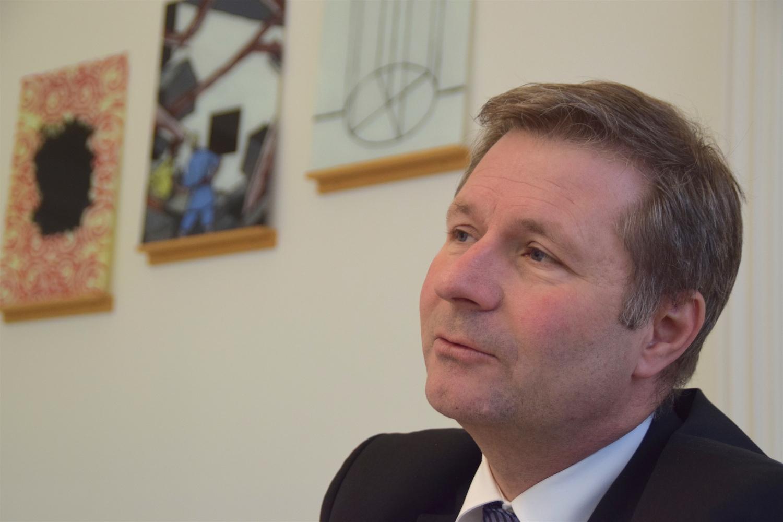 Marcel Schwerzmann gibt in seinem Büro Auskunft.