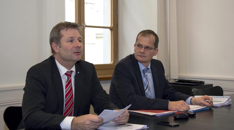 In Action: Marcel Schwerzmann informiert anfangs Dezember 2016 zusammen mit Philipp Stadelmann über die Lockerung der Schuldenbremse.