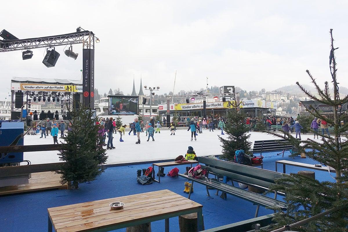Weihnachtsfeeling vor dem KKL. Eisfeld und Glasbox beleben im Dezember den Europaplatz.