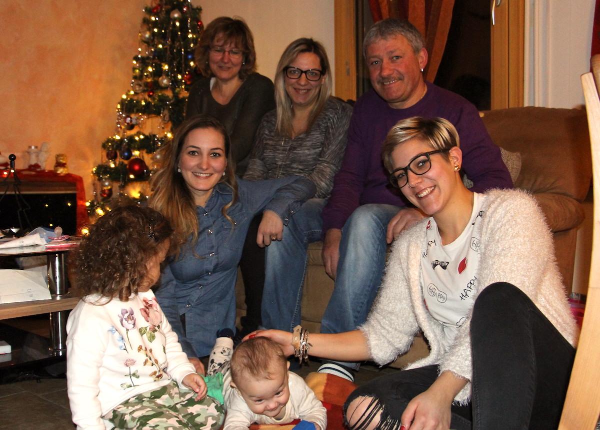 Die Familie Del Tufo: Auf dem Sofa von links nach rechts: Giovanna, Annamaria, Nicola. Sitzend auf dem Boden: Asia, Jessica, Daniele, Angela.