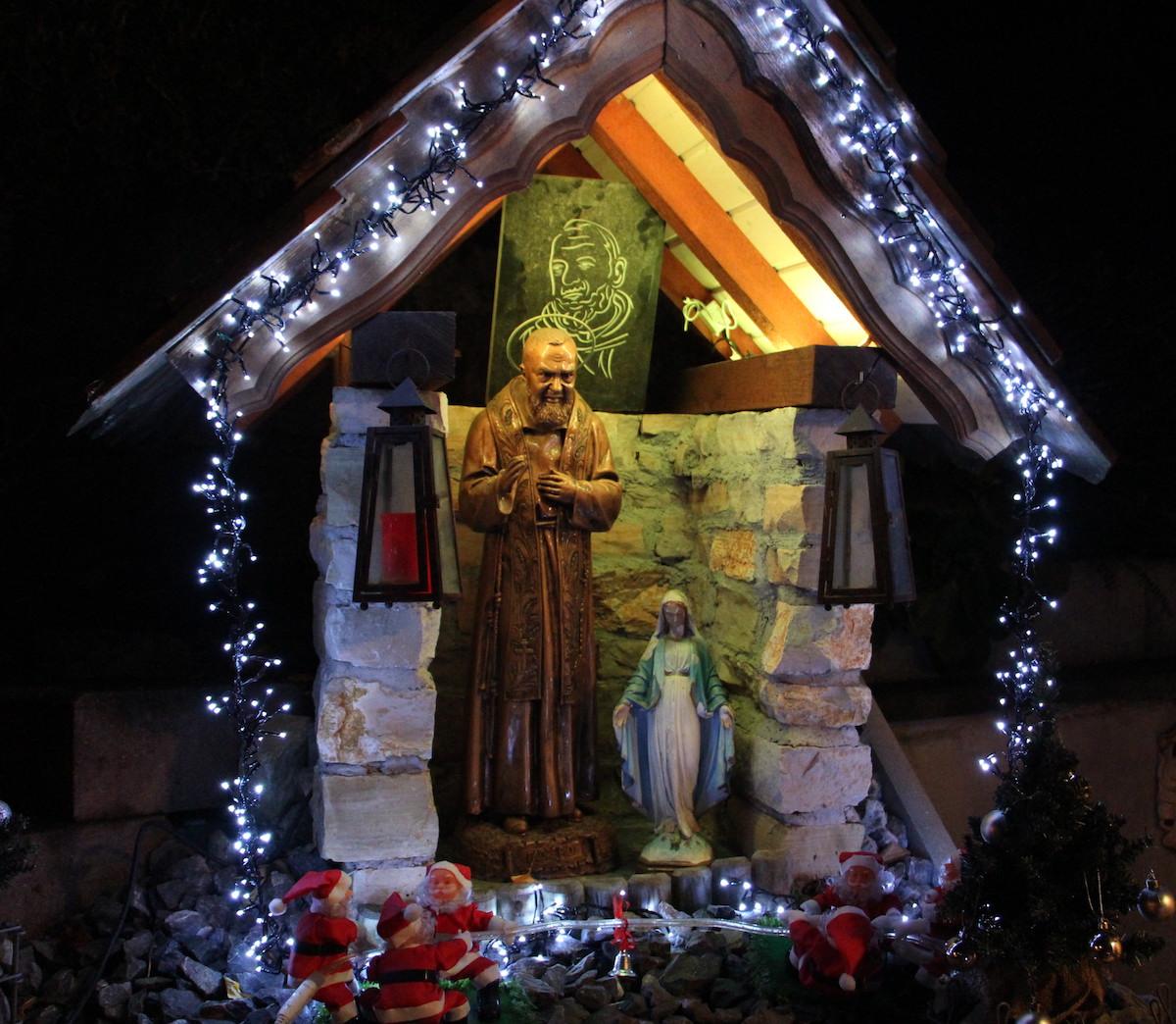 Auch die Padre-Pio-Statue wird erleuchtet.