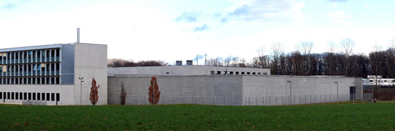 Blick auf die Rückseite der Justizvollzugsanstallt Grosshof in Kriens.