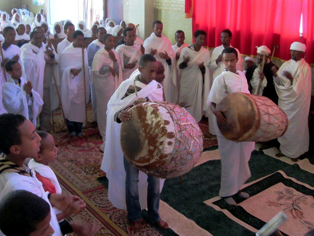 So darf man sich eritreisch-orthodoxe Zeremonien vorstellen: Trommler in der Heilige Dreifaltigkeitskirche in Asmara, Eritrea.