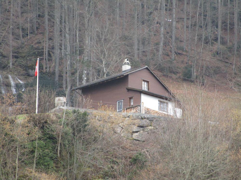 Das Haus der Schmids am Rigiweg in Goldau. Die Nagelfluh-Mauer unter dem Haus muss abgerissen werden.