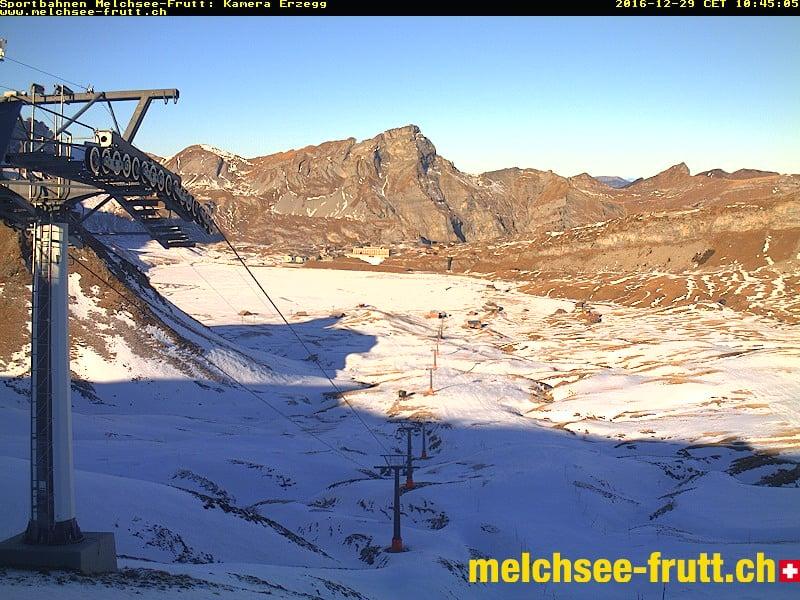Webcam Melchsee-Frutt: Tolles Panorama mit etwas Schnee dekoriert.