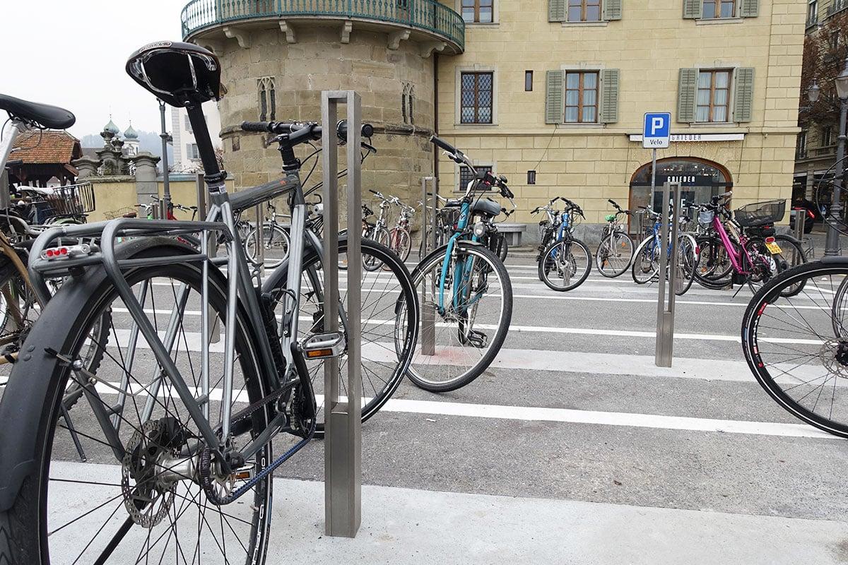 Der neue Veloparkplatz vor dem Zur-Gilgen-Haus in Luzern ist jetzt im Winter noch nicht ausgelastet.