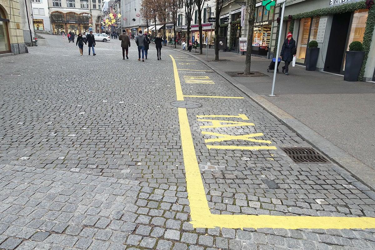 Wenige Meter daneben gibt's zwei Taxi- und zwei Behindertenparkplätze.