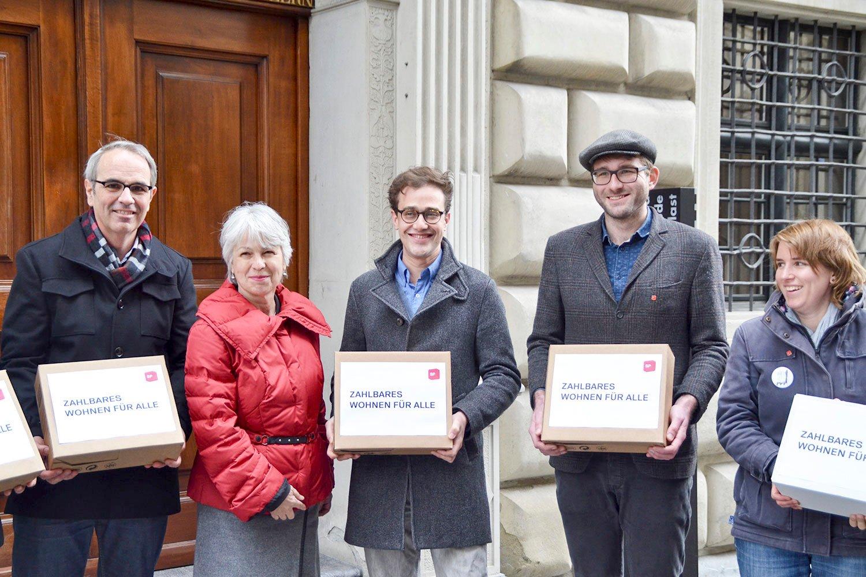 Die SP bei der Einreichung ihrer Initiative «zahlbares Wohnen für alle» im März 2016.
