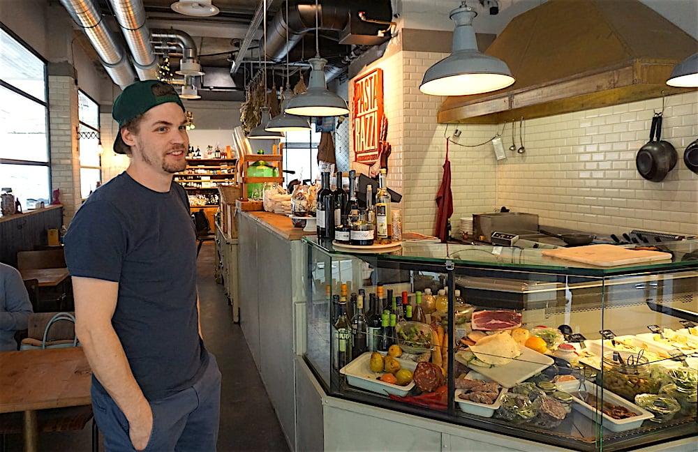Inhaber Benito Omlin vor der Pasta-Theke im Restaurant Pastarazzi in Luzern. (Bild: jal)