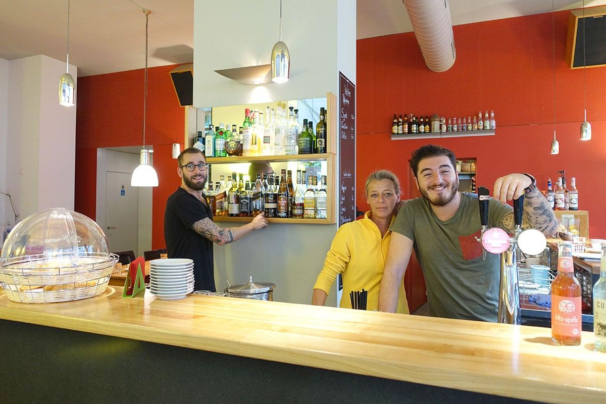 Fühlen sich schon sichtlich zuhause: Roman Thürig (links) und Onur Baser arbeiten neu im «Piccolino» – dazwischen Wirtin Edda Steinmann. (Bild: jwy)