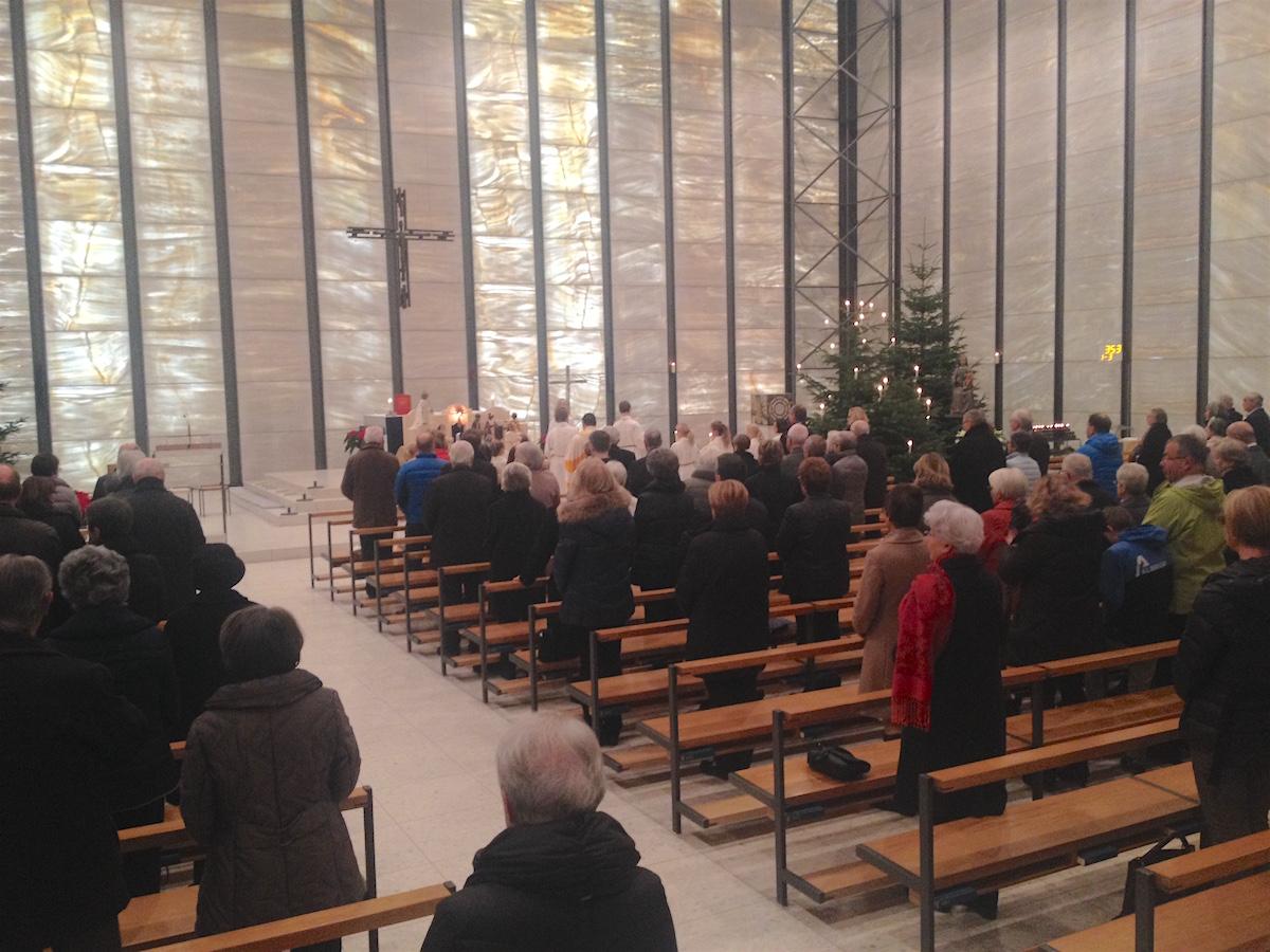 Das Licht schimmert durch dünne Marmorplatten in die Kirche, die ansonsten keine Fenster kennt.
