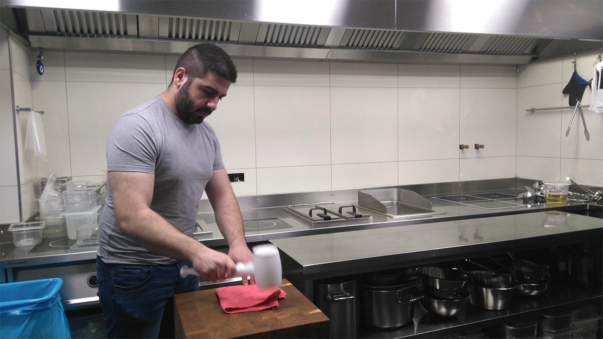 Müslüm Karakoc, Pächter und Wirt des Restaurant Kränzlin, zeigt uns, wo und wie die Cordon-Bleus zubereitet werden.