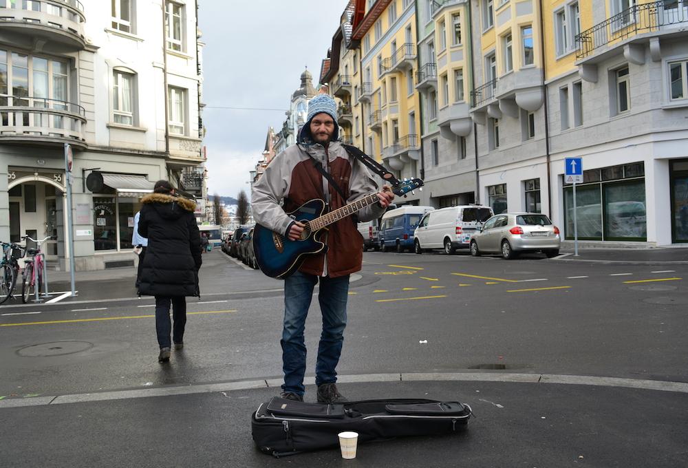 Einer seiner Stammplätze ist die Migros an der Winkelriedstrasse in Luzern. (Bild: jav)