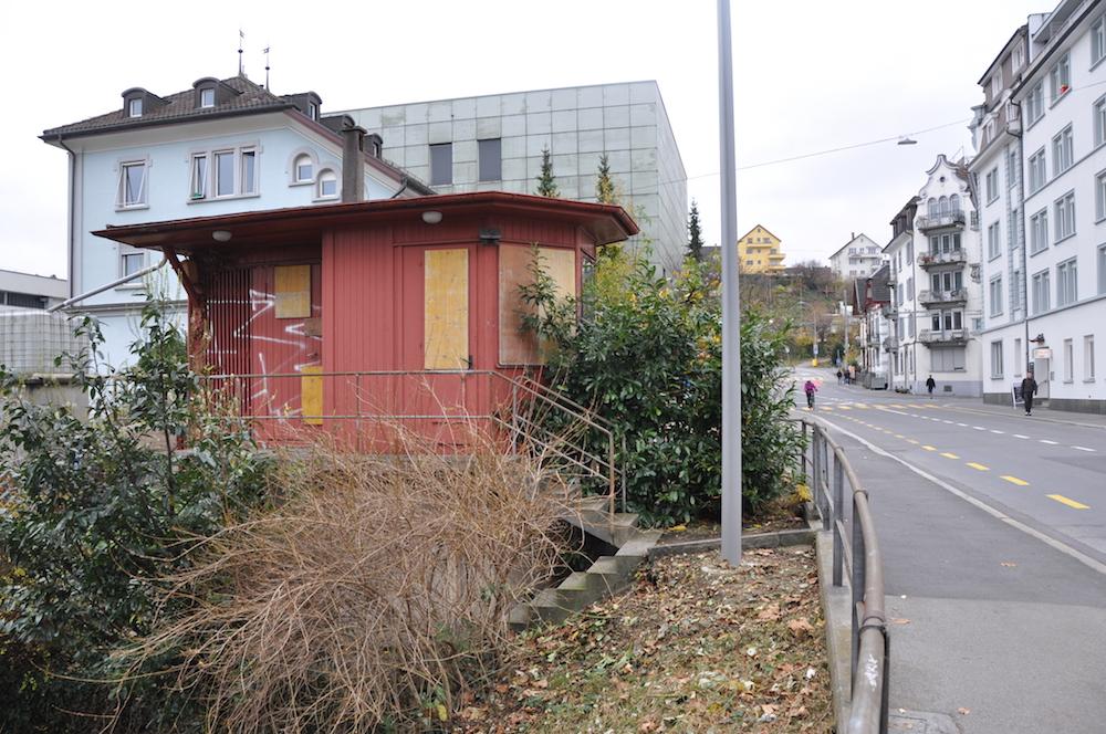 Das ehemalige Wärterhüüsli am ehemaligen Zentralbahntrasse. Im Hintergrund liegt das Steghofareal, auf dem ein Hochhaus gebaut werden soll.