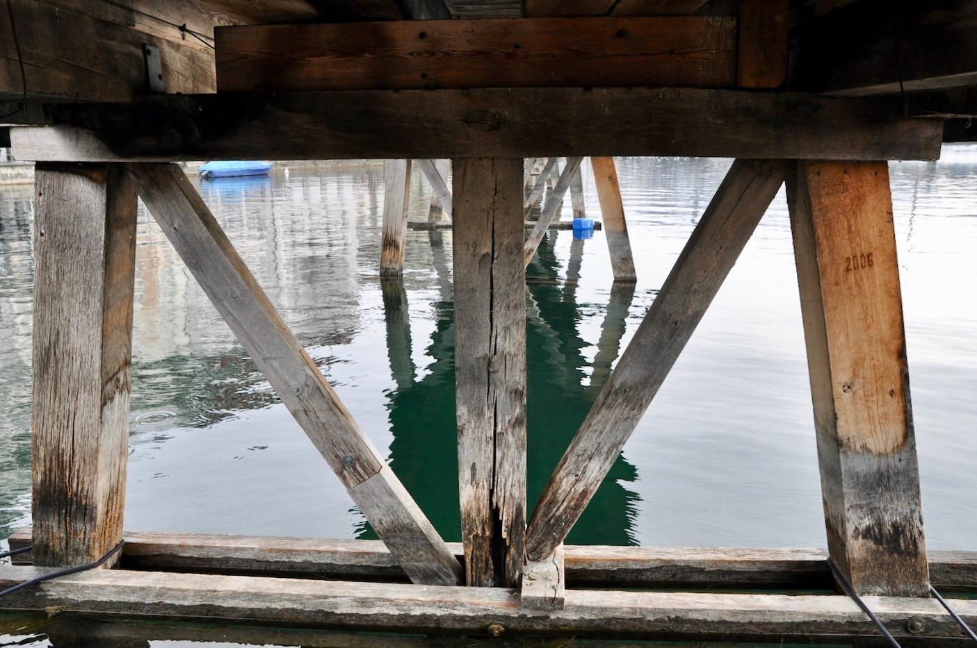 So sehen die Joche unterhalb der Kapellbrücke aus. Rechts sieht man einen jüngeren Pfahl aus dem Jahr 2006.