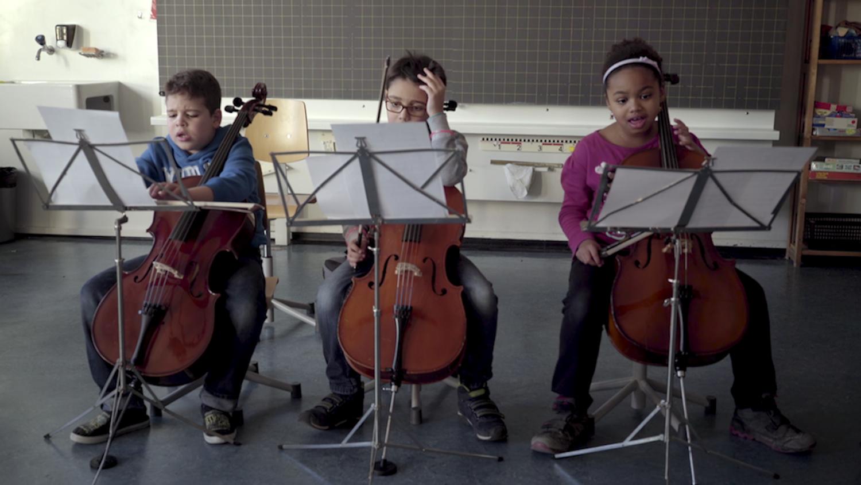 Die Cellisten verzweifeln in der Übungsstunde, von links: Omar, Gabriele und Sarafina.