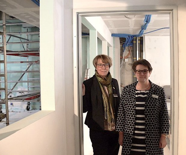 Arlette Pfeiffer (links) und Brigit Black vom César Ritz zwischen zukünftigen Schulräumen und -küchen.