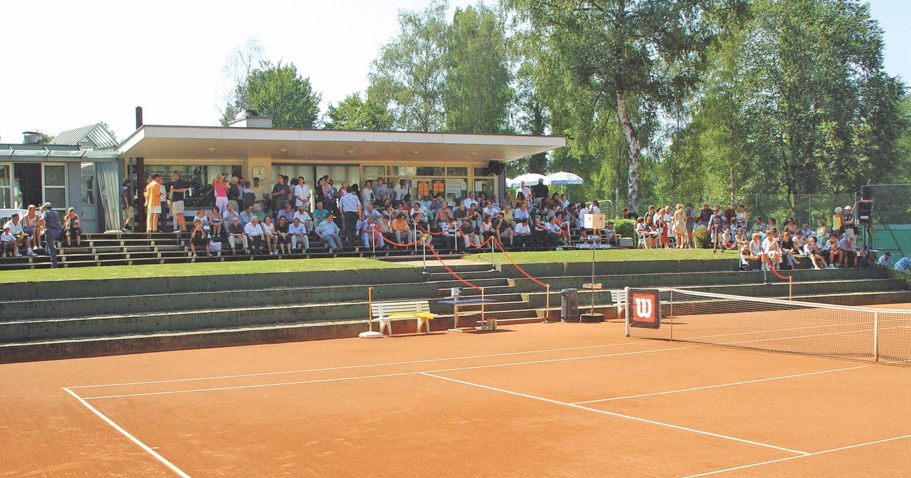 Blick vom Tennisplatz auf das Clubhaus des TCL.