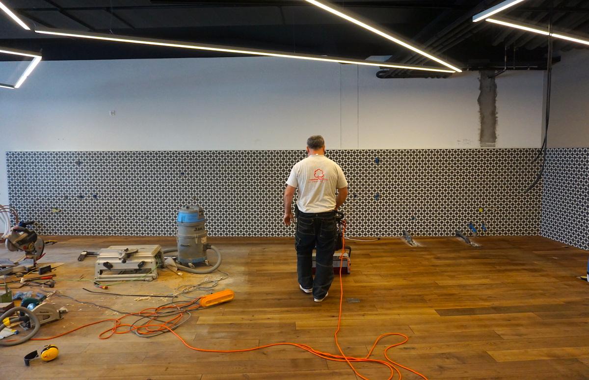 Noch ist nicht viel zu sehen: An der Wand werden diese Woche die diversen Theken eingerichtet.