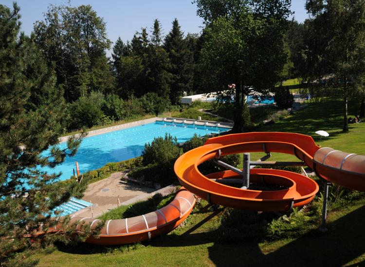 Die 86 Meter lange Wasserrutsche im Waldschwimmbad Zimmeregg.