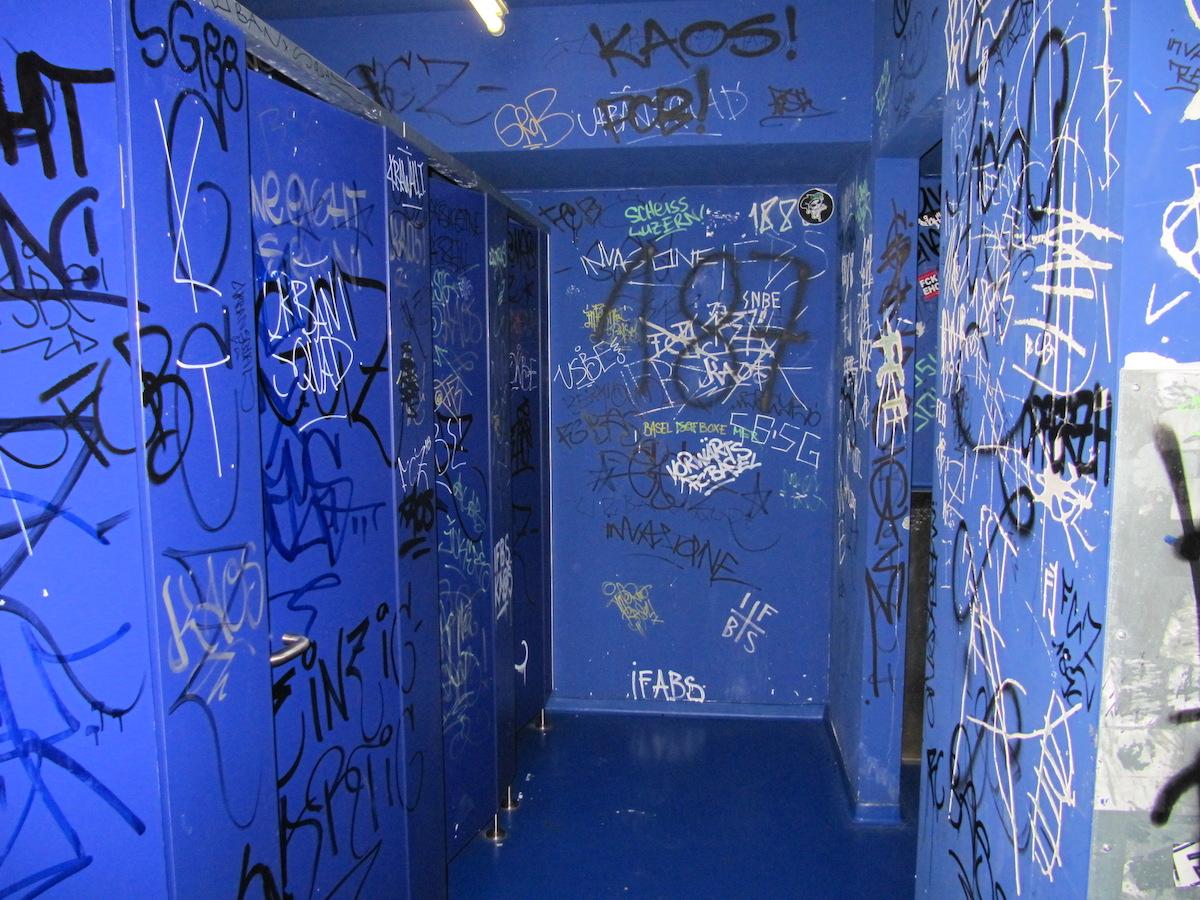 Wer in der Swissporarena eine Toilette aufsucht, wird Zeuge vieler Kritzeleien.
