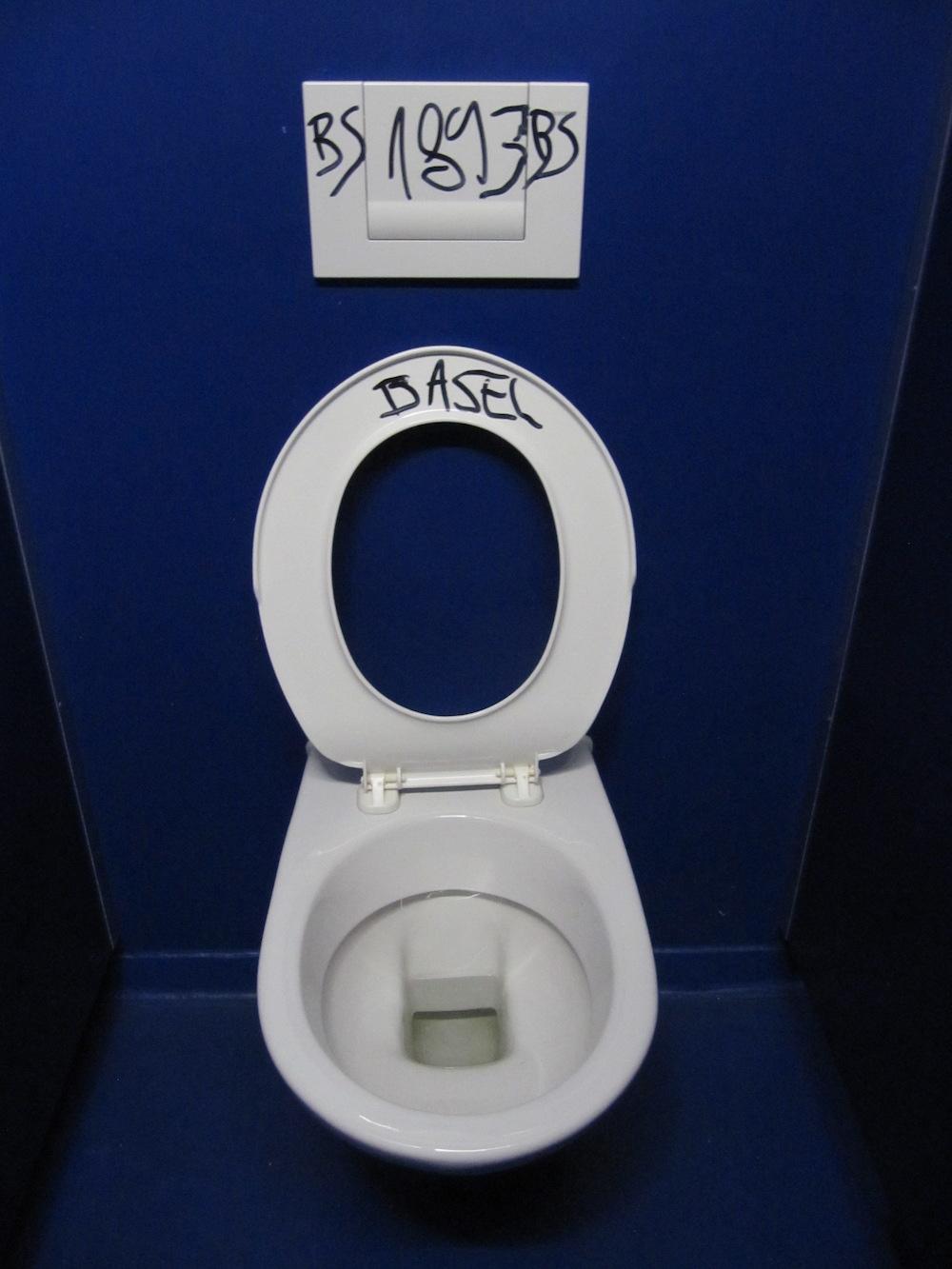 Ist die WC-Brille unten, ist auch der Spruch verschwunden.