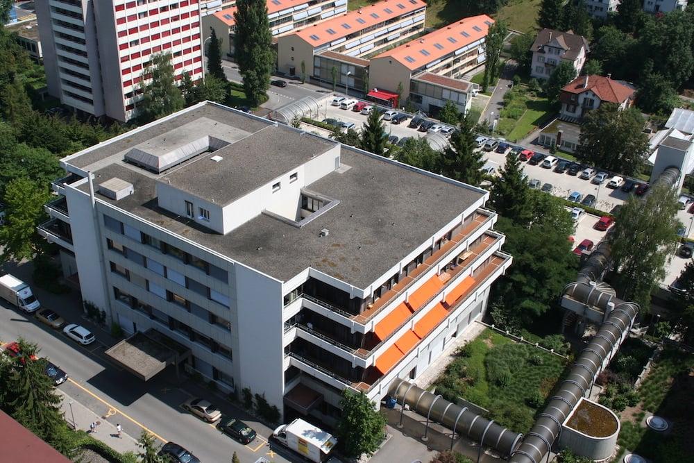 Das Parkhaus, hier zu sehen hinter dem Kinderspital, ist meistens überlastet. Deshalb möchte das Kantonsspital ein neues bauen.