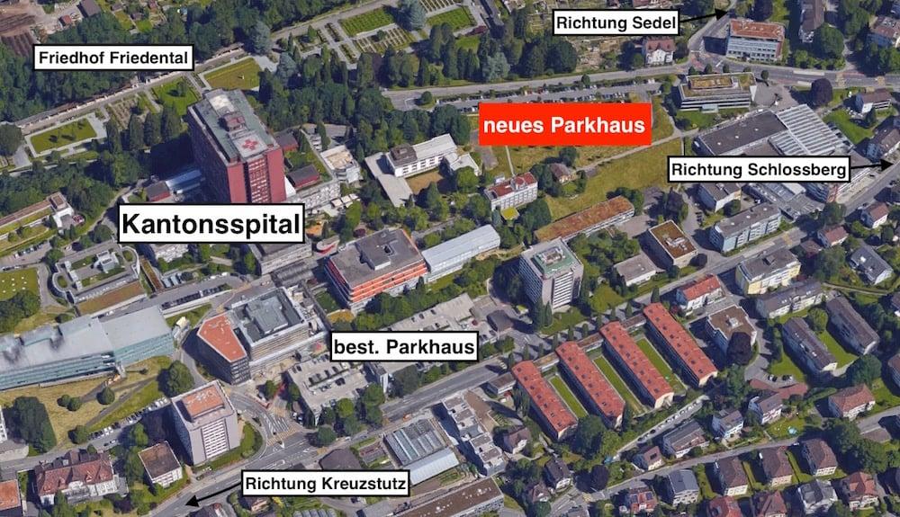 Auf dem rot markierten Areal soll das neue Parkhaus hinkommen. Dort existiert schon heute ein provisorischer Autoparkplatz.