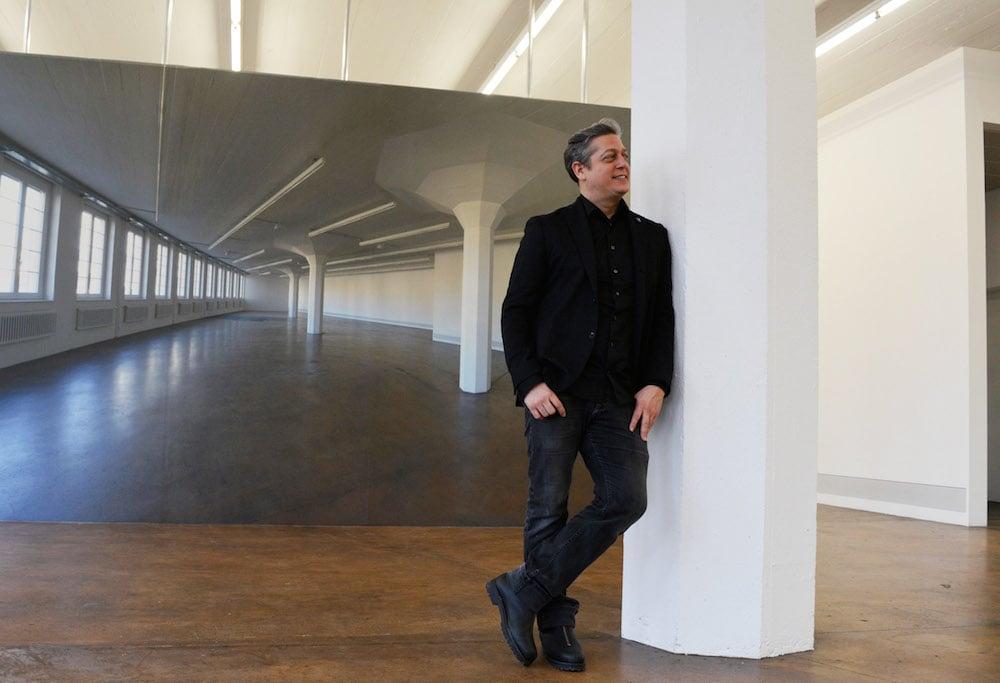 Nils Nova vor seiner aktuellsten fotografischen Auseinandersetzung mit dem Ausstellungsraum. (Bild: jav)