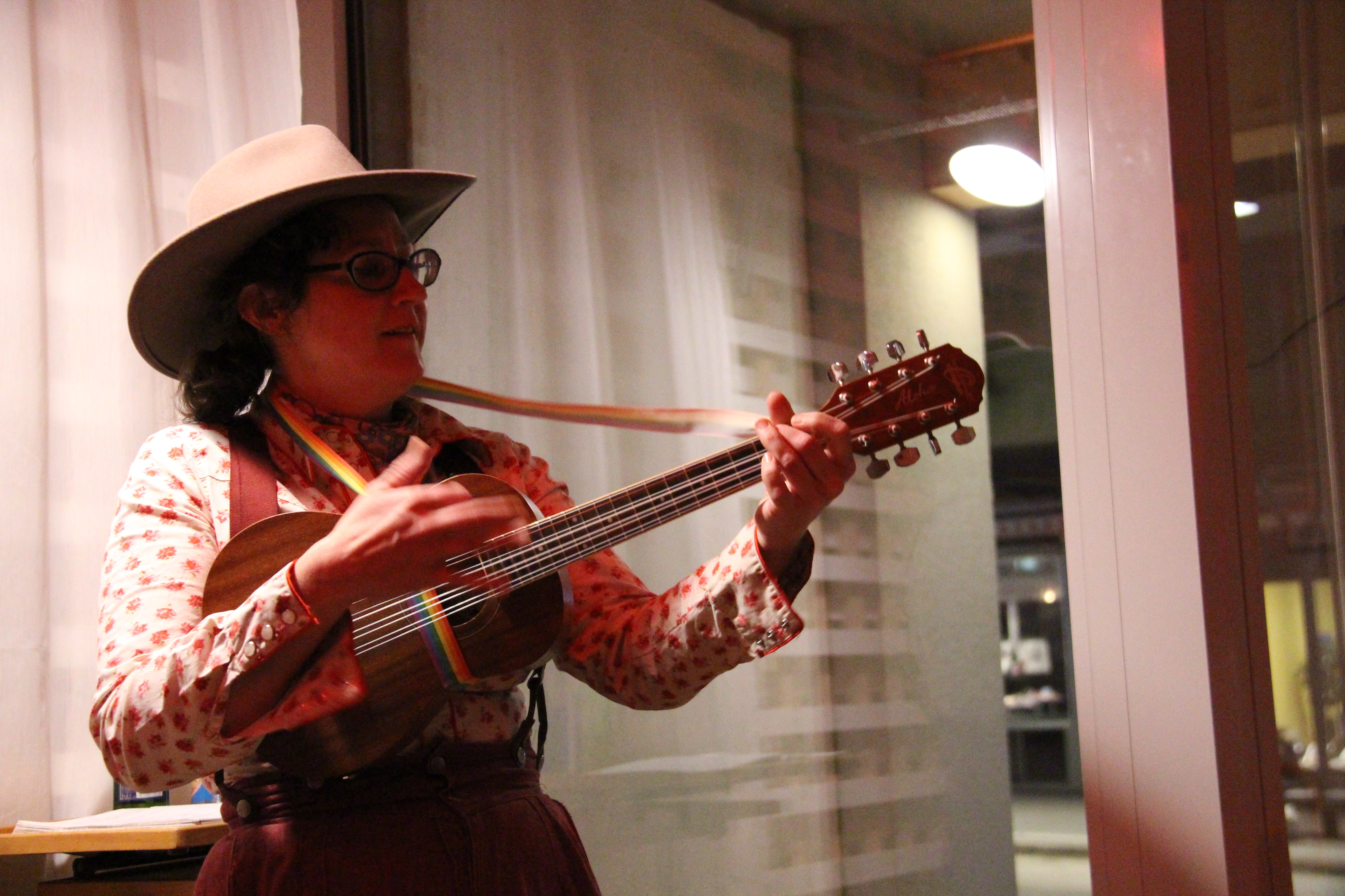 Die professionelle Vagabundin singt über Berge, Berlin und Hochräder.