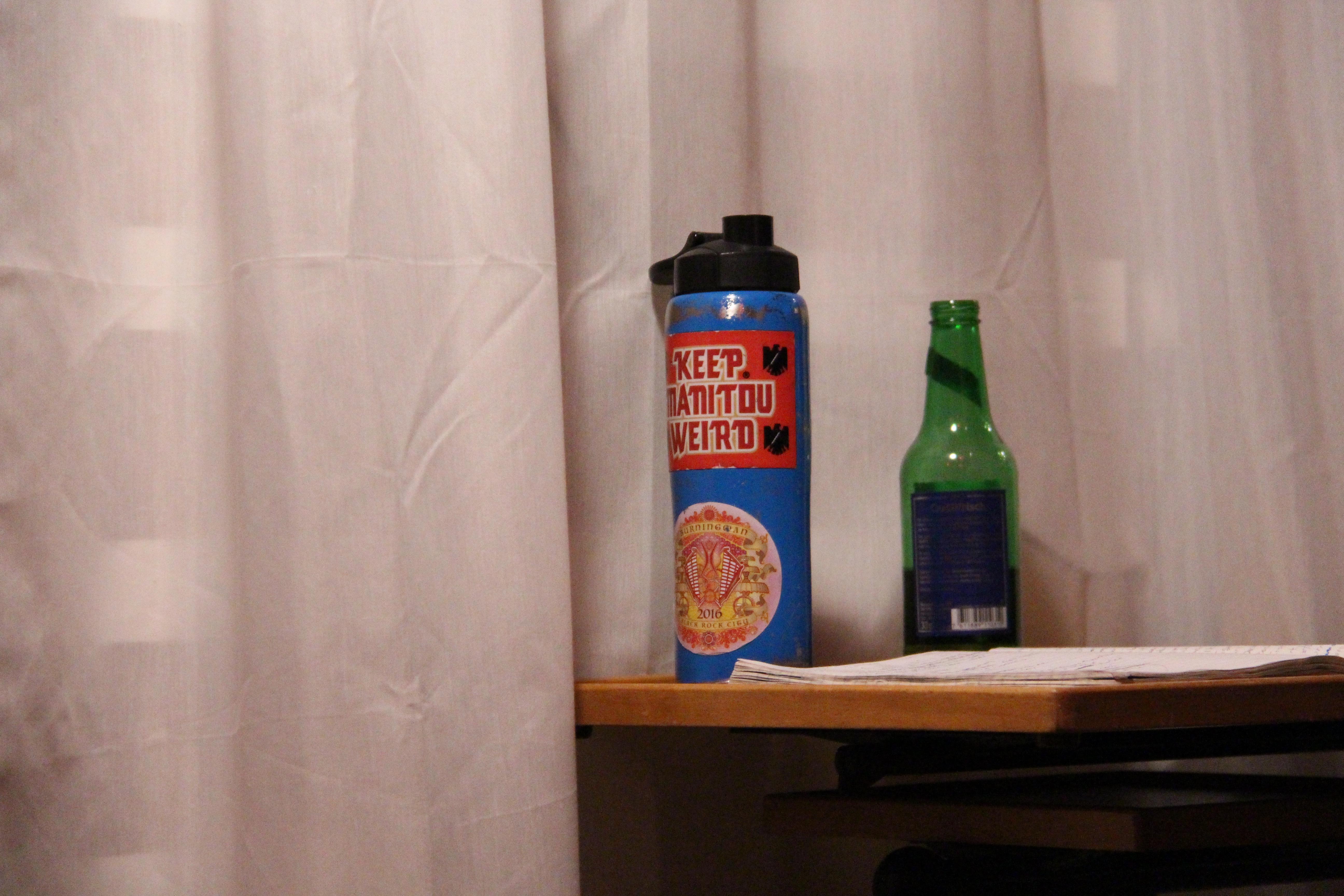 Die blaue Blechflasche begleitet Reece Pontiff auf ihren Reisen: In den meisten Videos ist sie irgendwo im Hintergrund zu sehen.