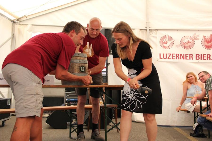 Laura Kopp eröffnet die Feier zum 5-Jahres-Jubiläum des Luzerner Biers.