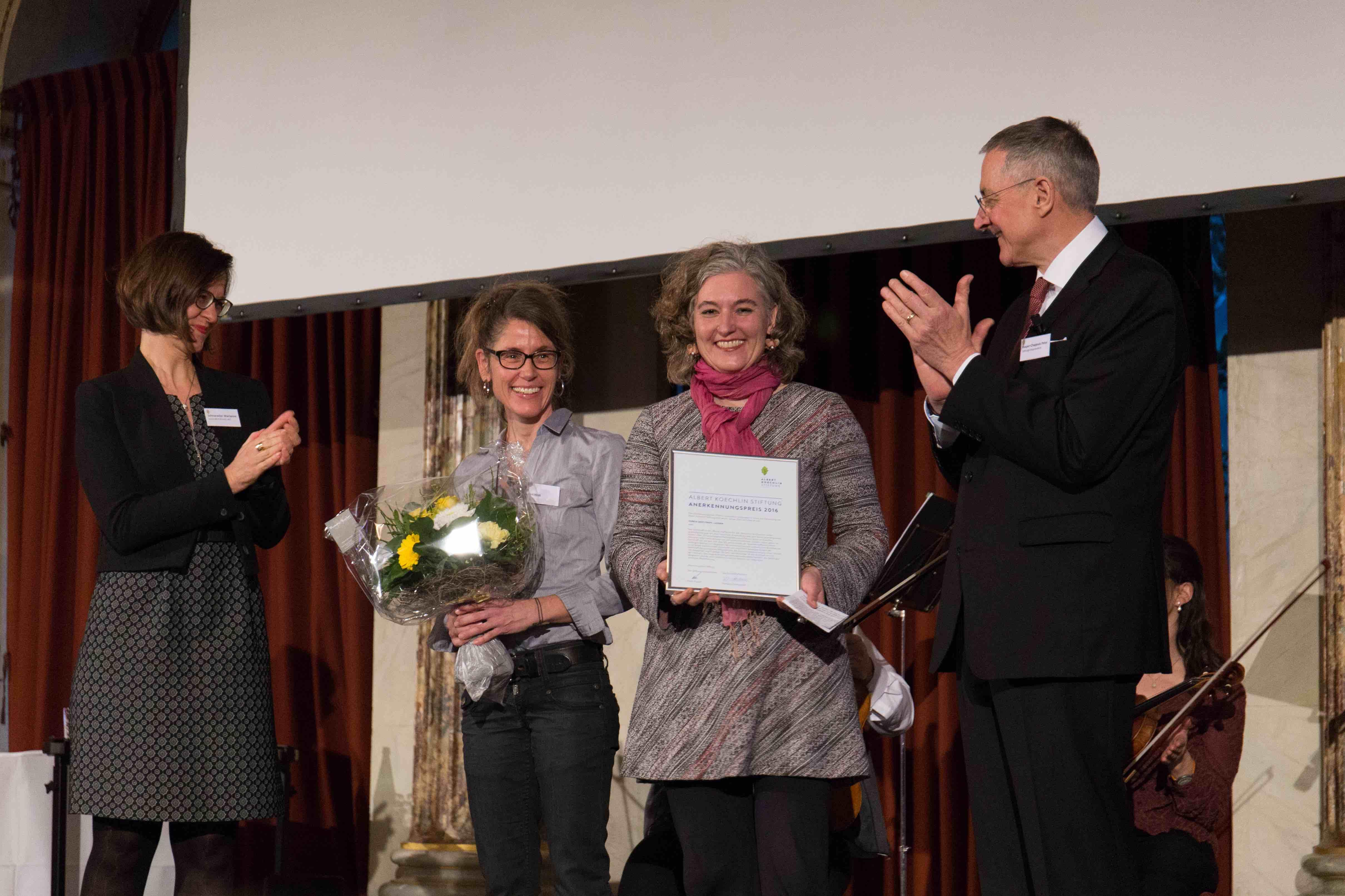 Die beiden Vertreterinnen des Vereins Sentitreff, Heidi Rast, Koordinatorin (zweite von links) und Co-Präsidentin Nadja R. Buser bei der Preisübergabe durch die Albert Koechlin Stiftung.