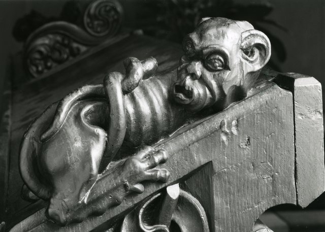 Eine der zahlreichen eindrücklichen Figuren, die das Innere und Äussere der spätgotischen Kirche zieren.
