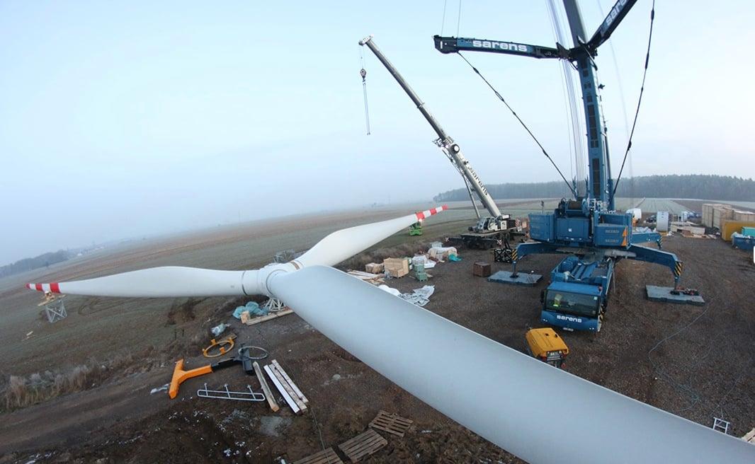 Das Thema er erneuerbaren Energien war die letzten Jahre brandaktuell und wurde vor allem in der EU stark gefördert: Eine neue Windenergie-Anlage wird montiert.