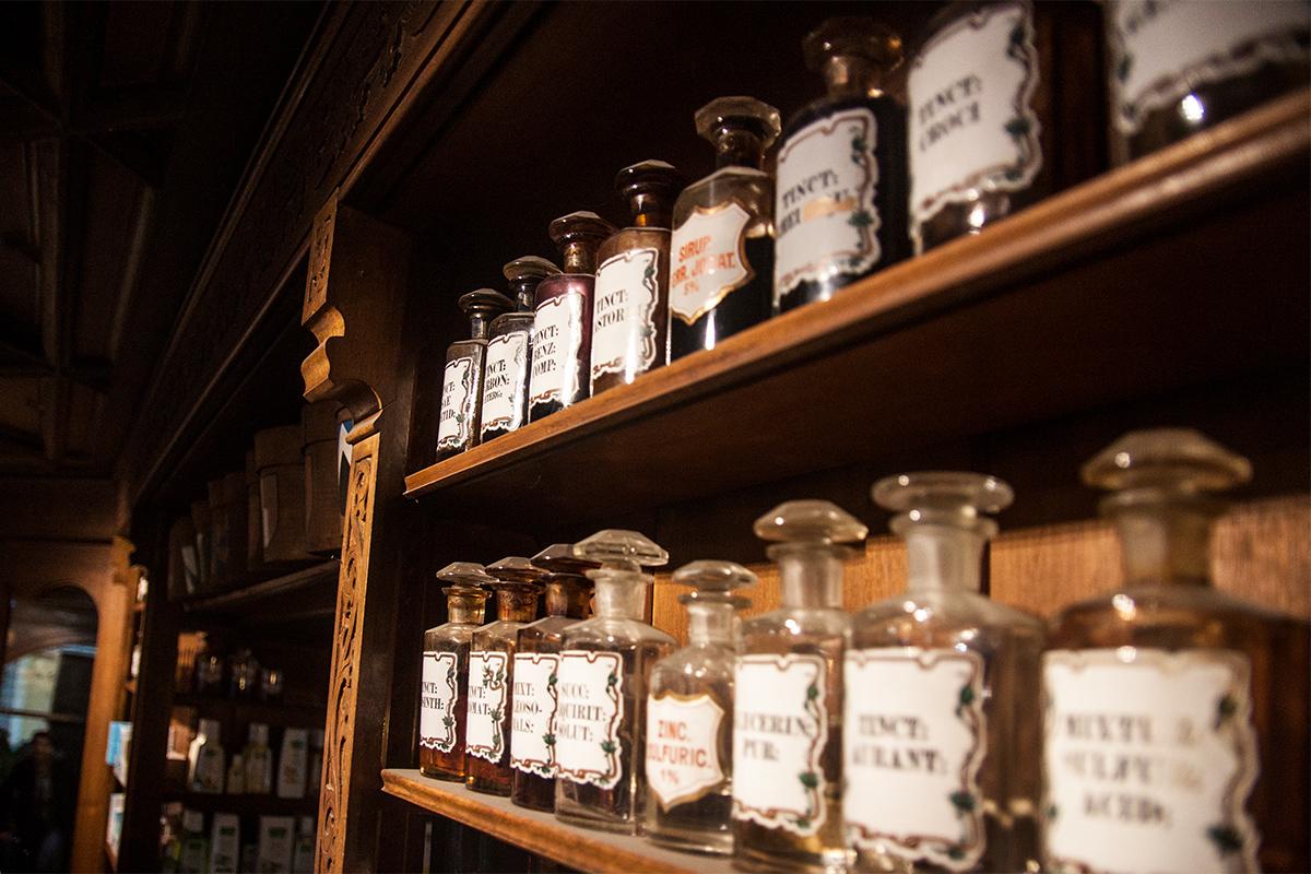 Obwohl die Regale mehrheitlich mit modernen Medikamentenverpackungen gesäumt sind, finden sich überall Referenzen zur Geschichte der Apotheke.