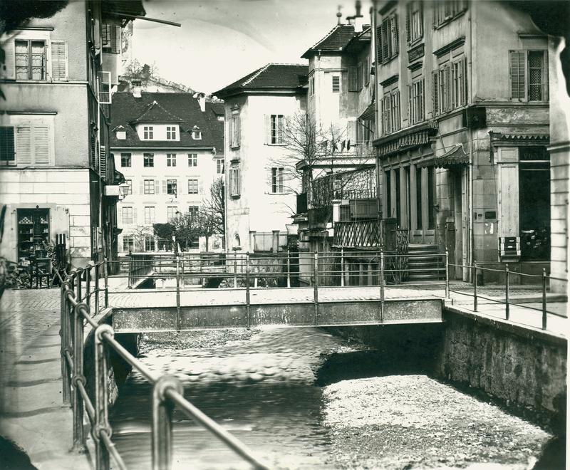 Früher führte an der Stelle des heutigen Kanals der Krienbach offen in die Reuss. Er war gleichzeitig Bach und Abwasserkanal. Deshalb trägt der Kanal heute noch den Namen Krienbachkanal.Hier der offene Krienbach an der Burgerstrasse (undatiert).