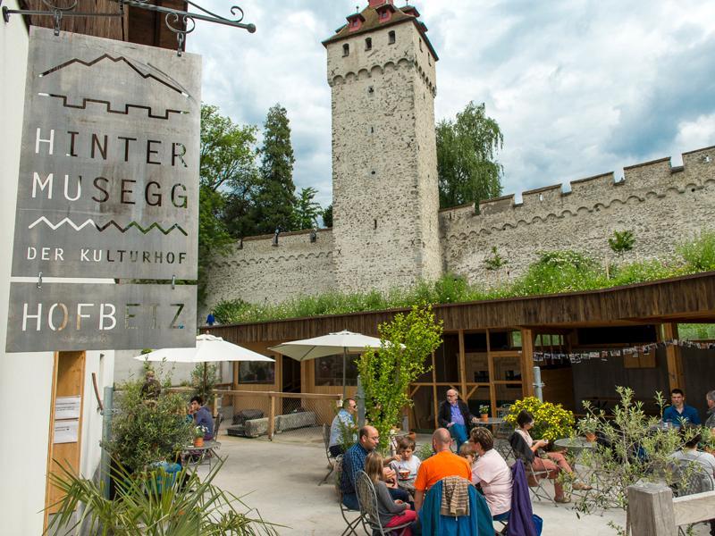 Hier, auf dem Hof hinter der Museggmauer, findet das Bierfestival statt.