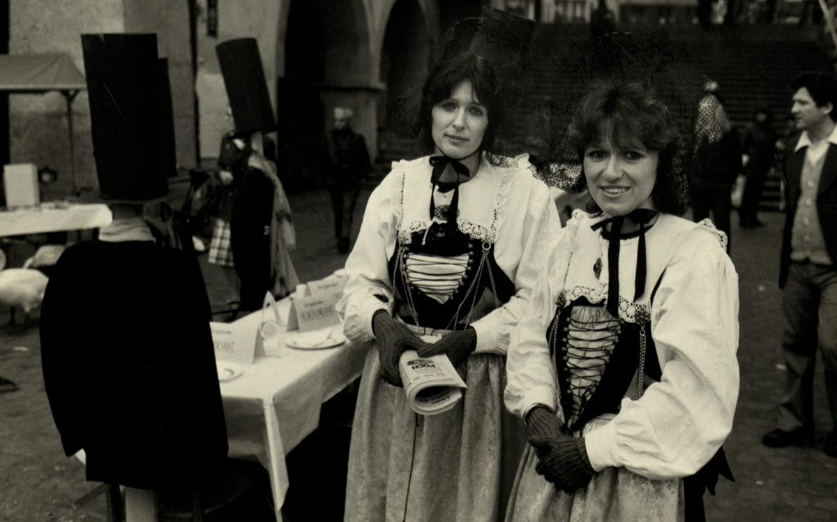 Renata Meile (rechts) und Heidi Joos in der Luzerner Tracht als Gastgeberinnen. Die POCH hatte einen kantonalen Feiertag zum650-Jahr-Jubiläum des Kantons Luzern vorgeschlagen, den das Parlament jedoch ablehnte. Daraufhin lud die POCH die Bevölkerung zu einem «Bankett» unter die Egg ein.