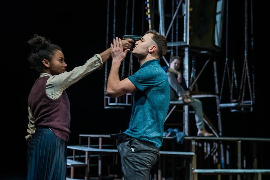 Benvolio und Tybalt (Matthias Kurmann) im Streit.