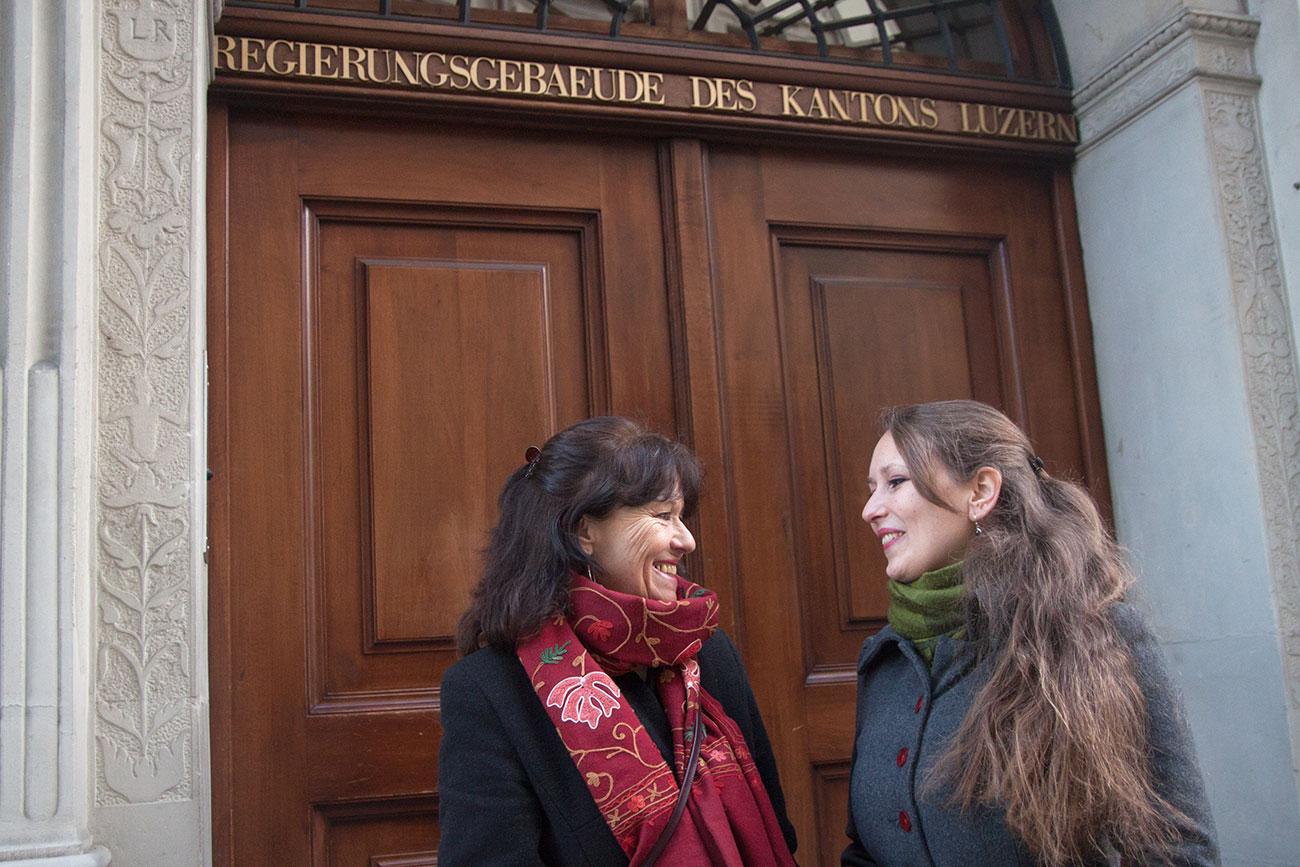 Zwei Generationen Politikerinnen vor dem Luzerner Regierungsgebäude: Renata und Katharina Meile (rechts).